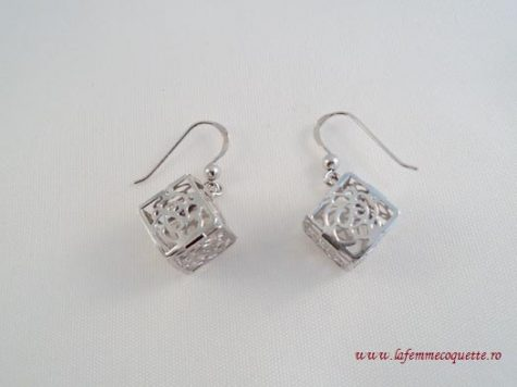 Cercei din argint in forma de cuburi decorate cu trandafiri