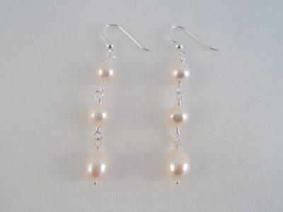 Cercei lungi cu perle albe din argint