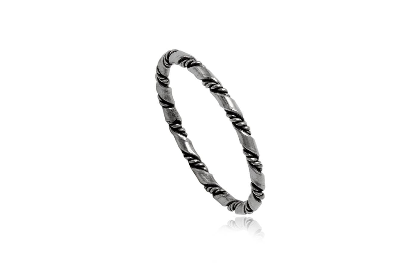 inel din argint cu model rasucit