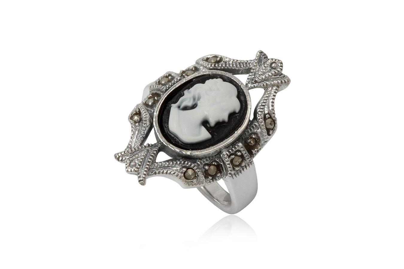 inel camee din argint si sidef alb