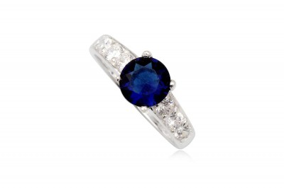 Inel de logodna cu piatra rotunda albastru-safir