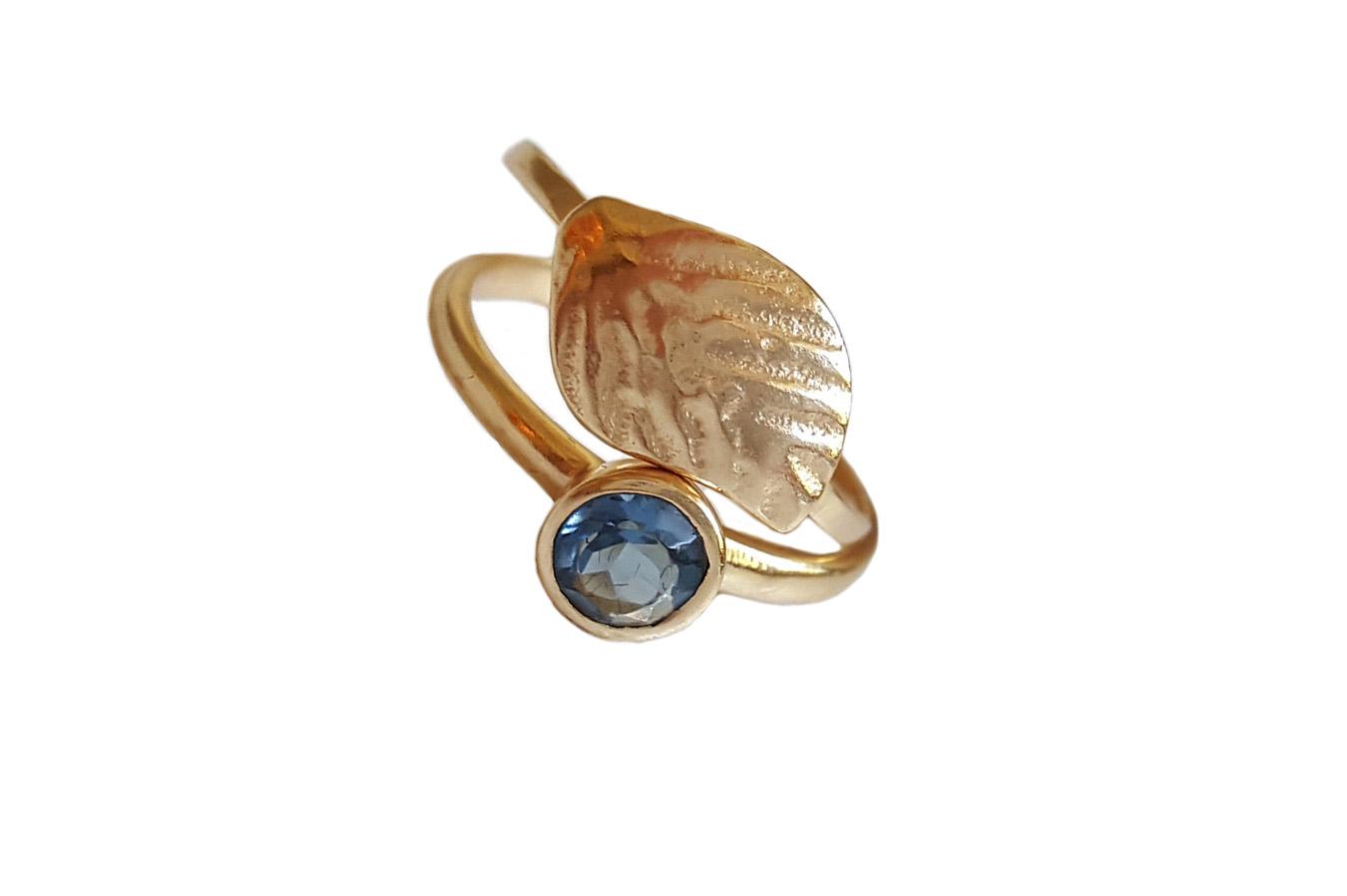 inel placat cu aur si iolit albastru