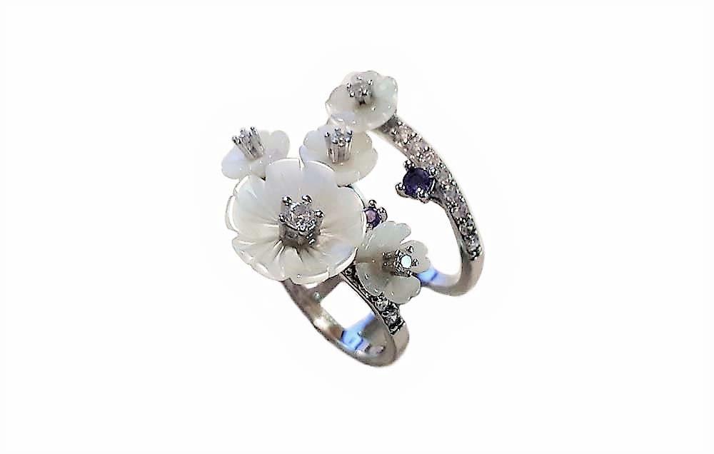 inel cu flori din sidef alb