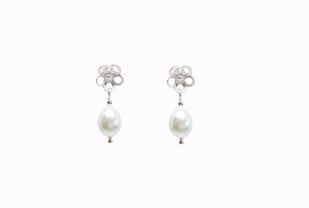 cercei cu flori si perle albe