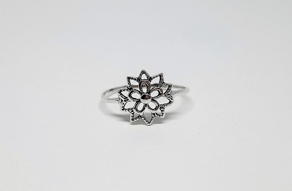 inel finut cu model floral din argint