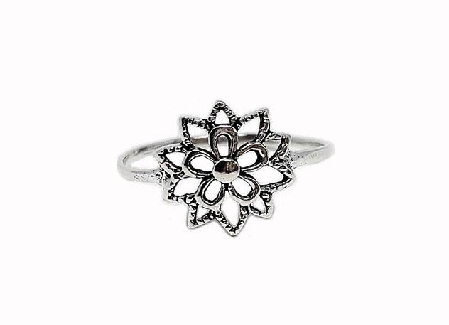 inel din argint finut cu floare