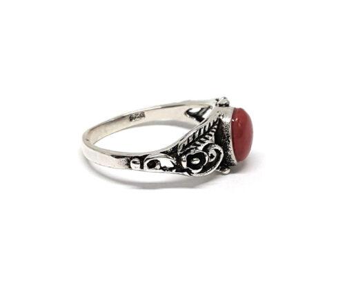 inel argint cu piatra rosie ovala