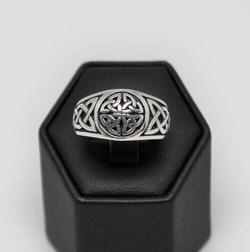 inel din argint design celtic